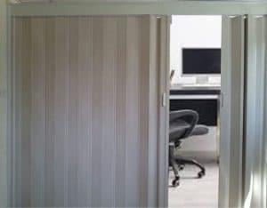 דלת הרמוניקה במשרד סגור