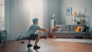 איש מתאמן בבית